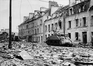 Des chars américains traversent Tour-la-Ville (juin 1944)