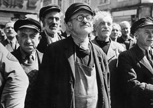 Des Cherbourgeois écoutent leur maire, Paul Reynaud, à la libération de la ville (1944)