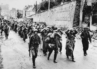 Prisonniers allemands dans les rues de Cherbourg (juin 1944)