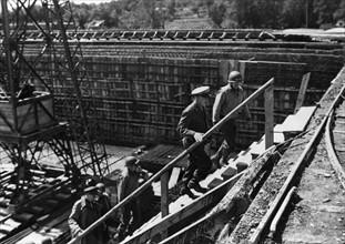 Le général Eisenhower et le général Bradley visitent un site supposé de bombes volantes V1 près de Cherbourg