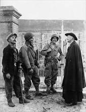 Deux soldats américains fraternisent avec le curé de Nucilly