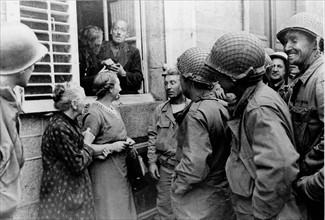 Un commerçant d'Avranches exerce temporairement son métier de la fenêtre de son logement (1944)
