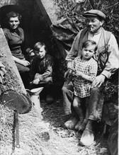 Une famille s'est réfugiée dans un canal de drainage pour échapper aux bombardements (1944)