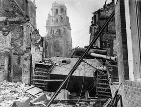 Un char allemand détruit dans les ruines d'Argentan (1944)