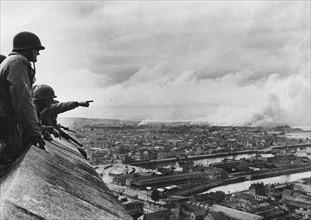 Joseph L. Collins contemple le Port de Cherbourg (juin 1944)