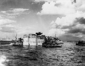 Les caissons des Mulberries convoyés  vers les plages Normandes (1944)