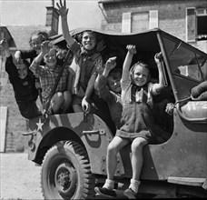 Enfants dans une Jeep américaine à Barfleur durant l'été 1944