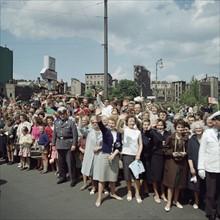 Foule saluant le président John F. Kennedy