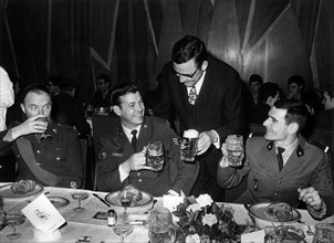 Klaus Schütz clinking glasses with the allied soldiers