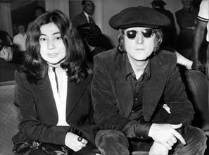 John LENNON und Yoko ONO am Flughafen Heathrow