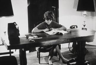 Françoise Sagan à son bureau