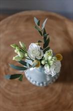 Petit bouquet de fleurs dans un vase