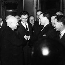 Années 60. Khrouchtchev, en visite à Paris, rencontre Michel Debré.