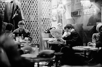 Clients d'une brasserie parisienne en 1958