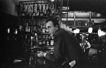 Client d'un bar parisien en 1958