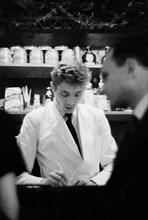 Serveur d'une brasserie parisienne en 1958