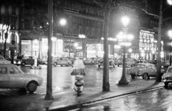 L'avenue des Champs-Elysées à Paris en 1958