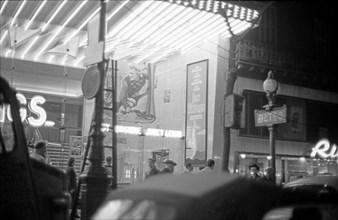 """Le film """"Les Vikings"""" à l'affiche dans un cinéma parisien, 1958"""