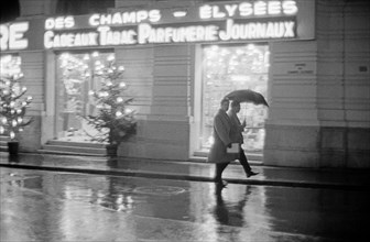 Le Dugstore Publicis de l'avenue des Champs-Elysées à Paris,1958