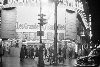 """Le film """"Les Grandes Familles"""" à l'affiche dans un cinéma parisien, 1958"""