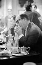 Clients attablés aux Deux Magots à Paris, 1958