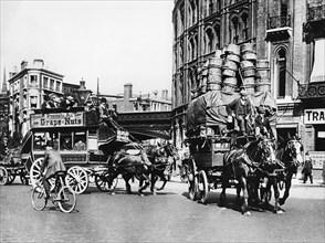London street scene, early 1900s. Creator: Unknown.