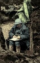 Soldat écrivant une lettre dans une tranchée, 1916