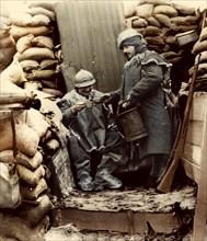 Distribution de café dans une tranchée, sur le front en 1916.
