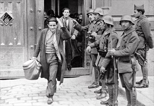 Spanish political prisoners going out of jail, 1936
