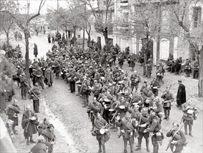 Soldats nationalistes marchant sur Madrid, en novembre 1936