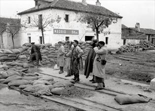 Des journalistes sur la route du pont de Ségovie, à 5 km de la Puerta del Sol en 1936
