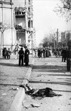 Victimes d'un bombardement à Barcelone, en février 1938.