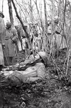 Deux blessés français dans un bois, à Verdun, en mars 1916.