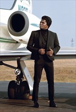 James Brown près de son avion privé à l'aéroport de Long Island.