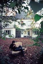 Julien Clerc dans le jardin de sa maison