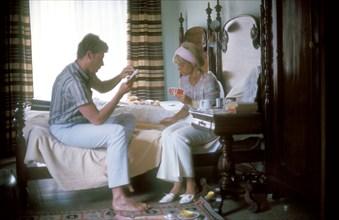 Johnny Hallyday et Sylvie Vartan dans une chambre d'hôtel pendant une tournée