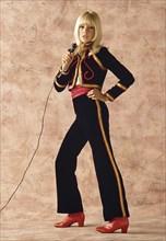 Sylvie Vartan en tenue de scène, Paris