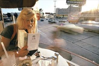 Sylvie Vartan à une terrasse de café, sur Sunset Boulevard