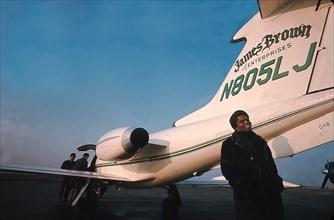 James Brown près de son avion privé à l'aéroport de Long Island.