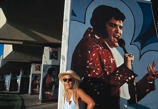 Sylvie Vartan devant une affiche d'Elvis Presley