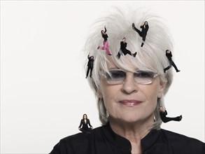 "Catherine Lara et la troupe du spectacle musical ""Graal"""