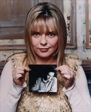 France Gall tenant un portrait de Michel Berger