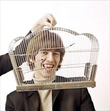 Beatle George HARRISON , Kopf im Käfig