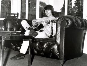 George HARRISON auf Sofa