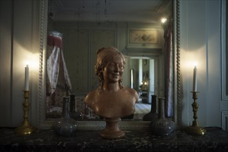 Nohant-Vic, the castle of George Sand (Le château de George Sand). Interior. A sleeping room. Bust of a woman