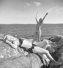 1940s summer. Two young women by the sea are getting a nice suntan. Sweden. Photo Kristoffersson Ref AD27-1. Sweden 1947