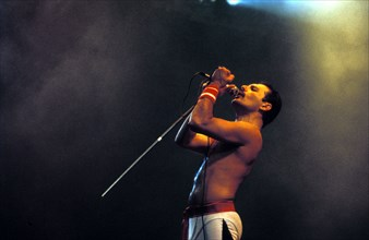 UK THE LATE FREDDY MERCURY OF QUEEN DURING A 1986 WEMBLEY CONCERT LONDON
