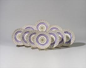 """12 assiettes du service """"fond violet"""" en porcelaine de Sèvres"""