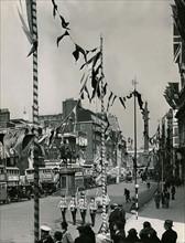Whitehall orné avec des drapeaux et banderoles dans la préparation pour le couronnement du roi George VI.