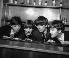 Les Beatles s'amusant entre deux concerts